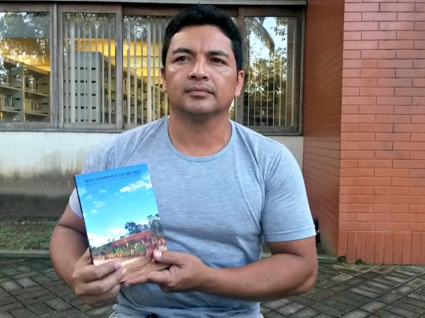 Francisco Apurinã, de 40 anos, publicou livro baseado em pesquisa de mestrado. (Foto: Veriana Ribeiro / G1)