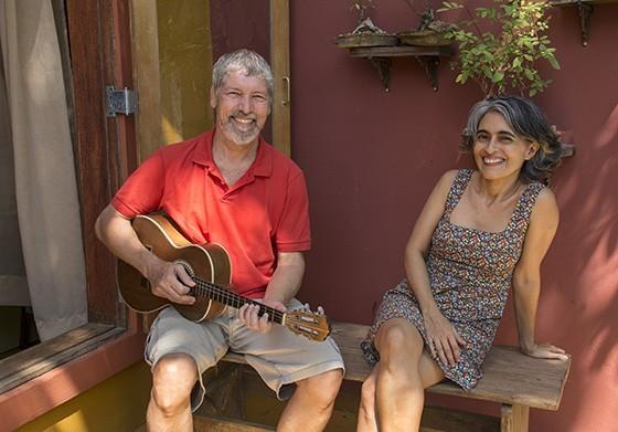 O músico Pedro Amorim e a jornalista Conceição Campos abriram sua casa para eventos artísticos a partir de março de 2017  (Foto: © Haroldo Castro/ÉPOCA)