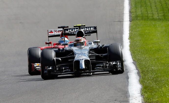 Kevin Magnussen e Fernando Alonso em GP da Bélgica (Foto: EFE)
