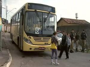 Moradores pediram melhorias no transporte público durante manifestação (Foto: Reprodução/TV Integração)