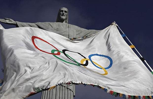 A bandeira olímpica é vista diante da estátua do Cristo Redentor durante a cerimônia para abençoar os Jogos Olímpicos em 19 de agosto de 2012 (Foto: Ricardo Moraes/REUTERS)