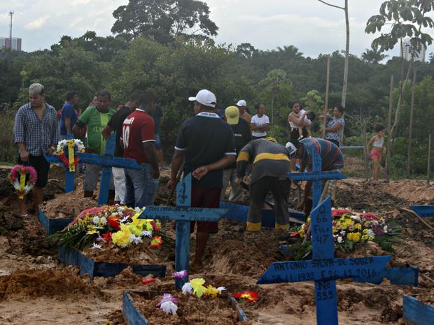Sepultamento aconteceu no cemitério do bairro Tarumã, zona oeste de Manaus (Foto: Ísis Capistrano/ G1 AM)