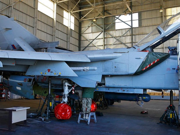 Membros da Força Aérea Real Britânica fazem manutenção em um Tornado em base militar no Chipre, no sábado (5) (Foto: Reuters/Darren Staples)