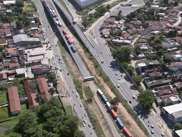Ônibus interditam viaduto na PE-15, no sentido Olinda-Recife (Foto: Reprodução/TV Globo)