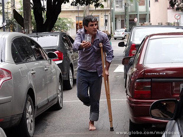 Marcelo Laham gravou como um mendigo pelas ruas do Grajaú (Foto: Malhação / TV Globo)