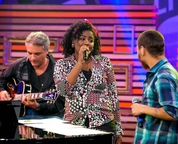 Letícia Pedroza solta a voz durante ensaio com Joey Mattos (Foto: Isabella Pinheiro/Gshow)