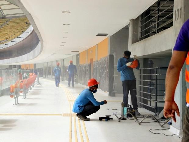 Operários trabalham nos últimos ajustes para jogo de inauguração (Foto: Isabella Pina/Globoesporte.com)