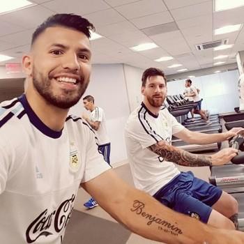 Agüero e Messi trabalham na academia do hotel (Foto: twitter)