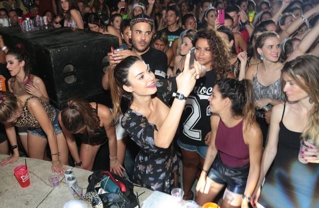 Thaila faz selfie e Bruna coloca  amão no joelho e vai até o chão com amiga (Foto: Reginaldo Teixeira / Divulgação)