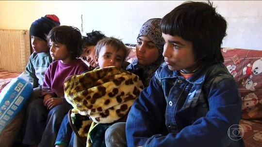 Crianças cuidam de irmão de nove meses em casa bombardeada na Síria