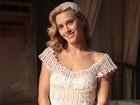 Linda como sempre! Carolina Dieckmann grava cena vestida de noiva