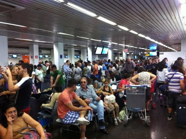 Aeroporto de Vitória teve pista de pouso fechada durante a manhã desta quinta-feira (19).  (Foto: Usalio Pivetta/ VC no ESTV)