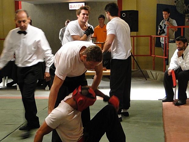 Betão vence a luta e sente o ombro (Foto: Malhação / TV Globo)