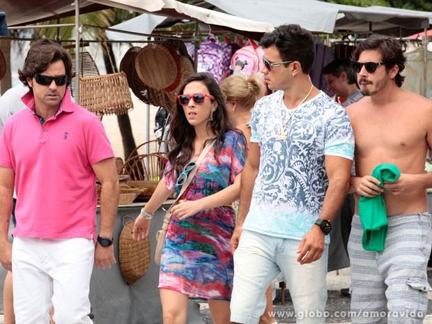 Murilo, Valdirene, Carlito e Jefferson caminham pela orla do Leme (Foto: Pedro Curi/TV Globo)