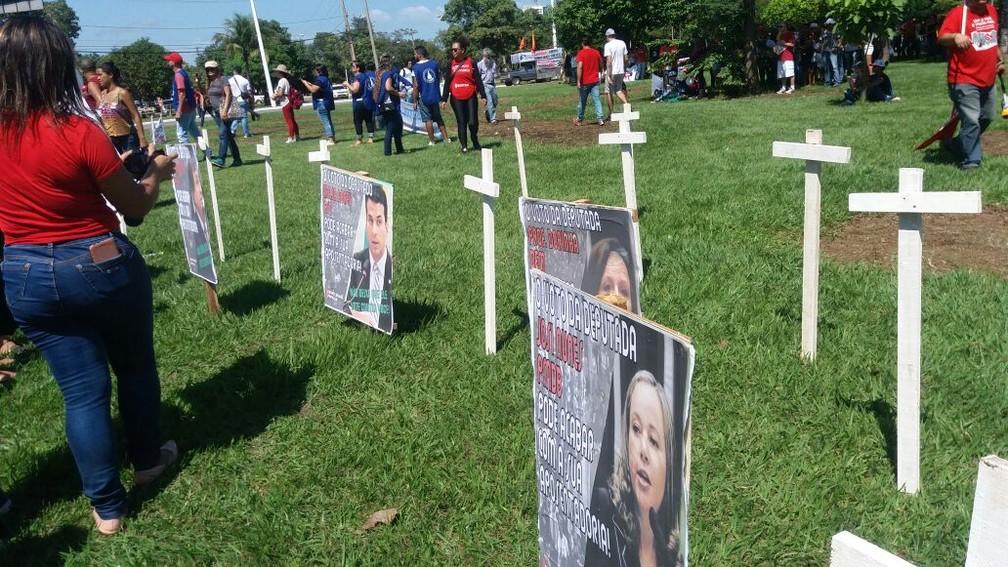 Manifestantes colocara cruzes com fotos de polítcos em uma rotatória de Palmas (Foto: Letícia Queiroz/G1)