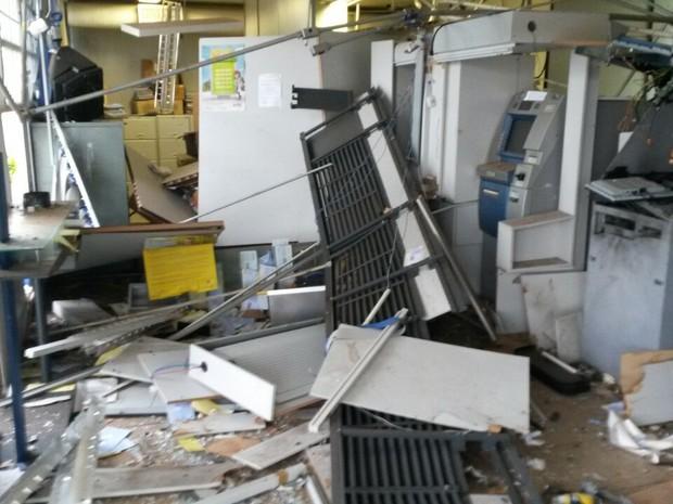 Grupo explode caixas eletrônicos durante a madrugada em Planura (Foto: Arquivo Pessoal)