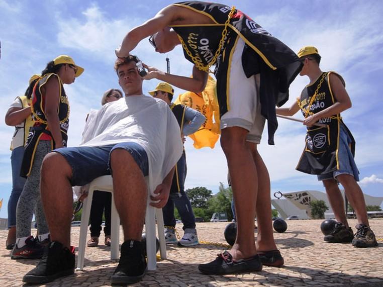 Cabeleireiros e profissionais de beleza, durante protesto em Brasília contra a lei que flexibiliza as relações trabalhistas no setor (Foto: Divulgação/CONTRATUH)