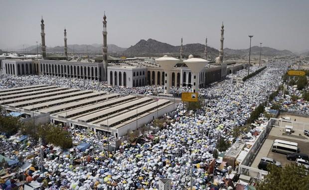 Peregrinos muçulmanos se reúnem para realizar orações na mesquita Namira, no Monte Arafat, a sudeste da cidade santa saudita de Meca, nesta quarta-feira (23). O nono dia do mês islâmico é o ponto alto da peregrinação (Foto: Mohammed Al-Shaikh/AFP)