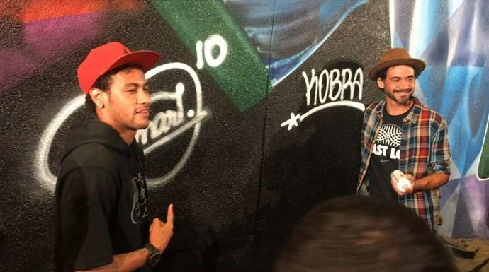Neymar e Kobra assinam painel em homenagem ao craque em Los Angeles