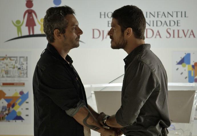 Em seguida, Dante dá voz de prisão ao próprio pai (Foto: TV Globo)