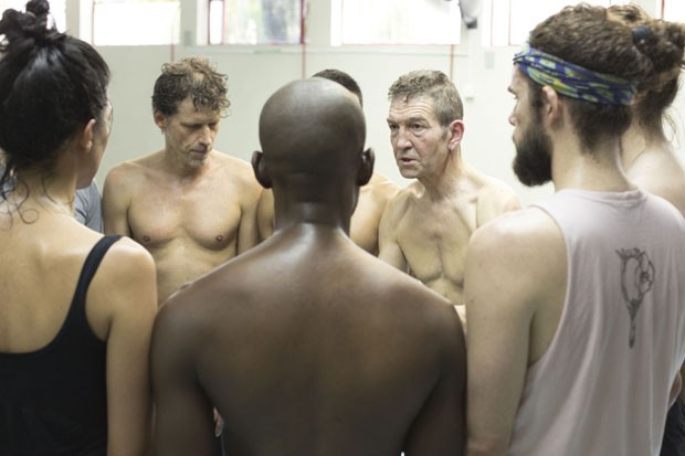 O diretor e ator britânico Greg Hicks (ao fundo, à direita), especialista em Shakespeare, comanda ensaios da montagem de 'Macbeth' que estreia nesta quarta-feira (20) no CCBB-SP (Foto: Divulgação)