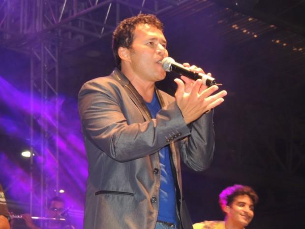 Almir Rouche tocou suas músicas em ritmo de forró, na Sala de Reboco. (Foto: Luna Markman / G1)