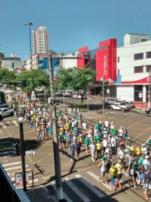 Manifestantes estão na Avenida Getúlio Vargas (Foto: Nádia Strate/RBS TV)