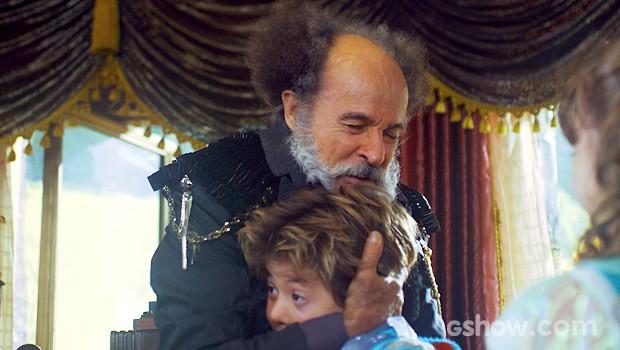 O coronel surpreende e abraça o menino (Foto: Meu Pedacinho de Chão/TV Globo)