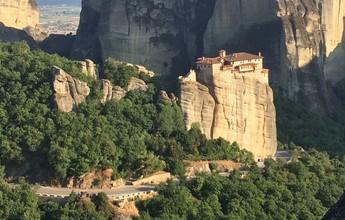 Karina Oliani escala monte Meteora entre pedras e monastérios nas alturas