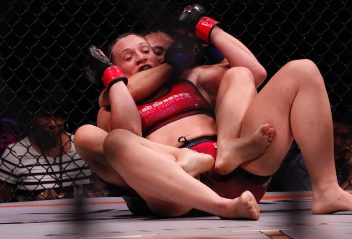 Jamie Moyle tenta finalizar Amy Cadwell Montenegro com um mata-leão (Foto: Evelyn Rodrigues)