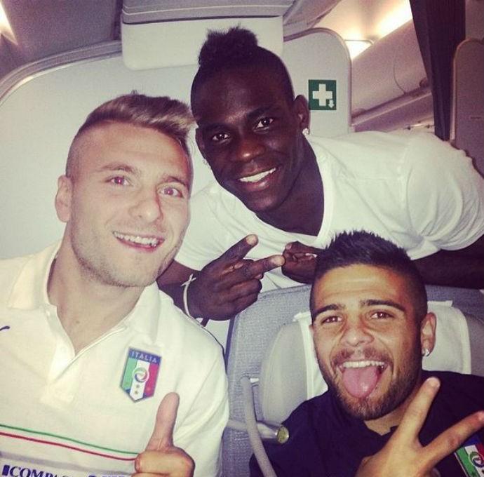 Balotelli posa ao lado de companheiros de seleção em embarque para o Brasil (Foto: Reprodução/Instagram)