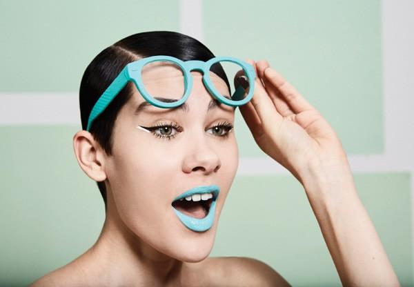 As modernas podem ousar mais combinando a armação azul com lábios azuis e completando o make com um delineador duplo preto e branco (Foto: Pedro Bonacina)