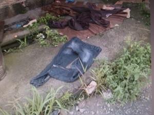 Roupas e pertences ficaram no local do crime (Foto: Reprodução RBS TV)