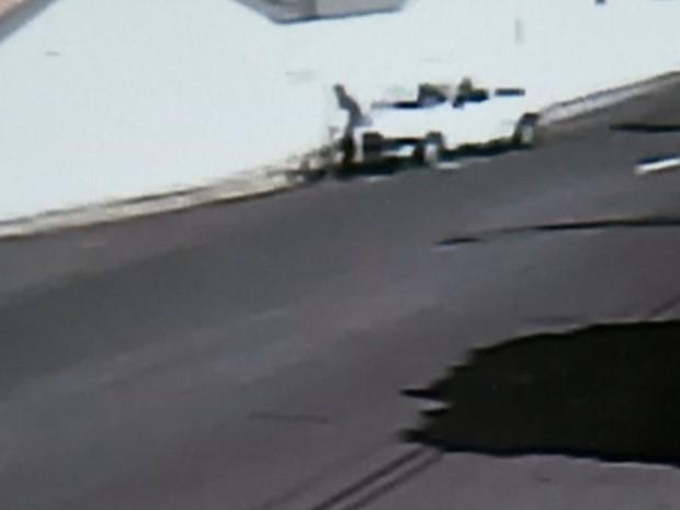 Momento em que o motorista atropela o jovem (Foto: Reprodução / TV TEM)