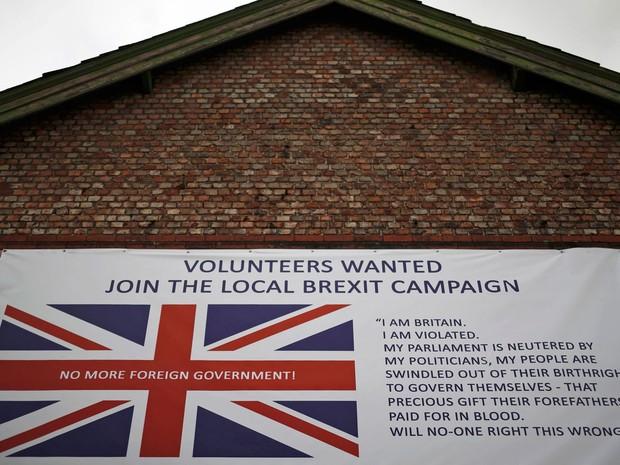 Anúncio convoca voluntários para campanha pela saída do Reino Unido da União Europeia em um prédio em Altrincham, na Inglaterra (Foto: Reuters/Phil Noble)