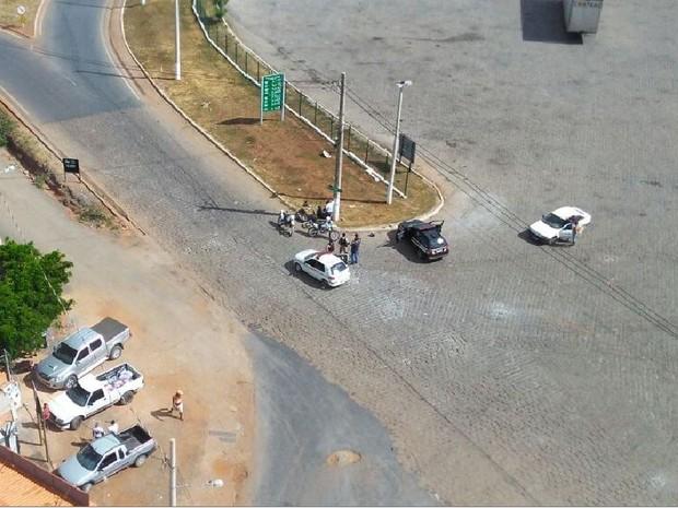 Criminosos caíram da motocileta ao chegarem em posto de combustíveis (Foto: 3ª Corpaer/PMMG)