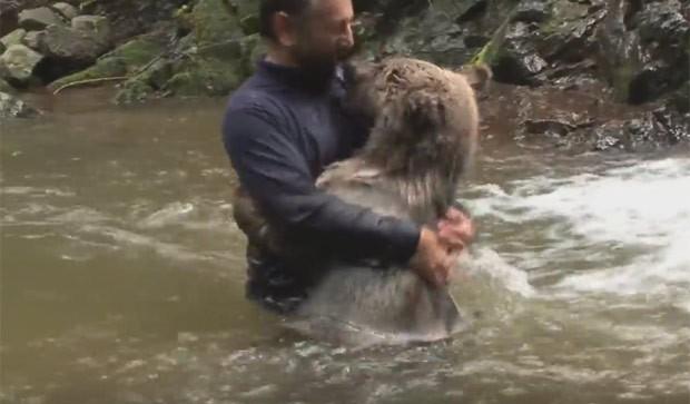 Homem chega a abraçar e beijar carinhosamente o animal (Foto: Reprodução/YouTube/DailyPicksandFlicks)