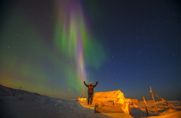 'Ver a aurora boreal de perto cria uma sensação de euforia', disse o fotógrafo Steven Kazlowski. 'É algo surpreendente o bastante para que as pessoas passem a noite no frio para ver' (Foto: Steven Kazlowski/Barcroft Media)