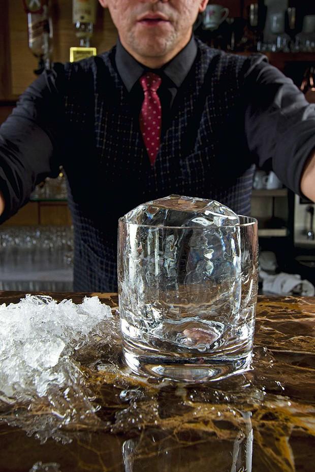 "S""o Paulo - SP | Francisco Jailson Viana Lima, barman do Bar Isola | Foto: Rogerio Albuquerque (Foto: RogÈrio Albuquerque)"