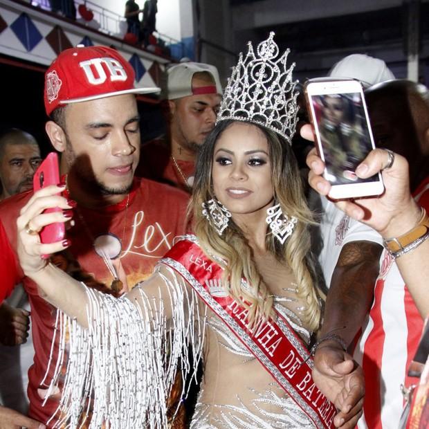 Lexa faz selfies na quadra da Unidos de Bangu (Foto: Marcos Ferreira / Brazil News)
