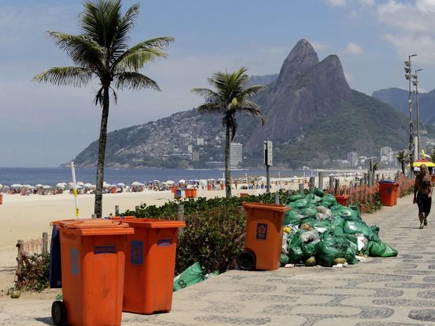 Uma longa faixa de areia na Praia de Ipanema, no Rio de Janeiro, amanheceu sem lixo. Mas no calçadão da Avenida Vieira Souto havia pontos de concentração de lixo que não tinham sido recolhidos. Hoje, os garis completam o sétimo dia de greve na cidade (Foto: Wilton Junior / Estadão Conteúdo)