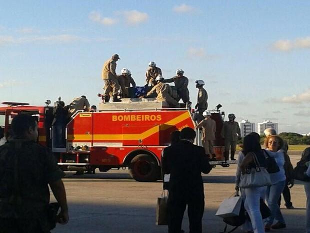 Corpo de Marcelo Déda foi colocado no carro do Corpo de Bombeiros que segue em cortejo até o Centro da capital (Foto: Marina Fontenele/G1)