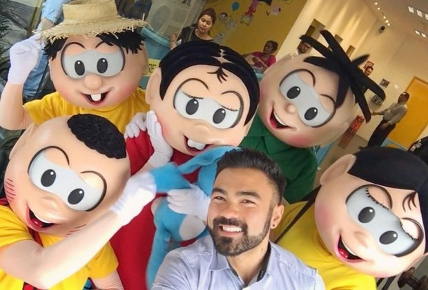 Mauro Sousa com os personagens da Turma da Mônica, criados por seu pai (Foto: Reprodução/Instagram)