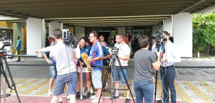 Torcedores franceses recebem os Bleus em hotel (Foto: Rafael Santana)