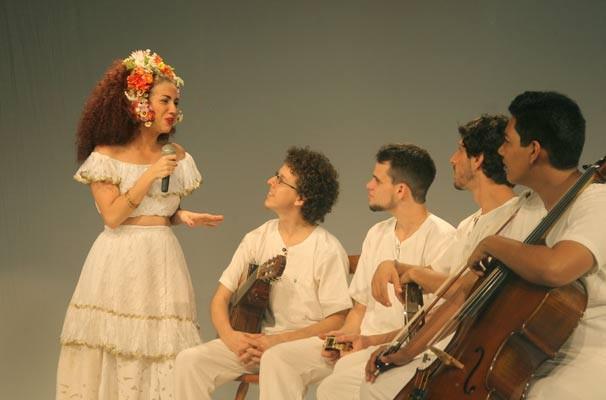 Clara Santhana em cena do musical (Foto: Claudia Ribeiro)