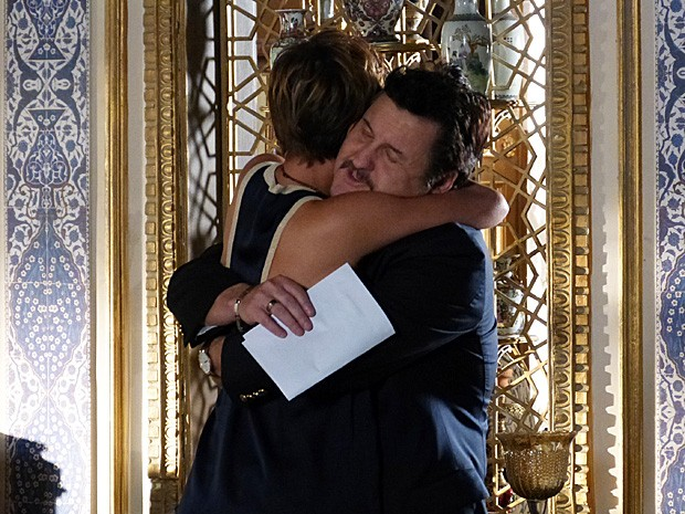Mustafa fica feliz pela filha (Foto: Salve Jorge/TV Globo)