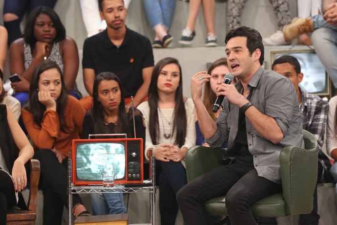 Marcos Veras tira dúvida com Lauara Muller (Foto: Carol Caminha/Gshow)