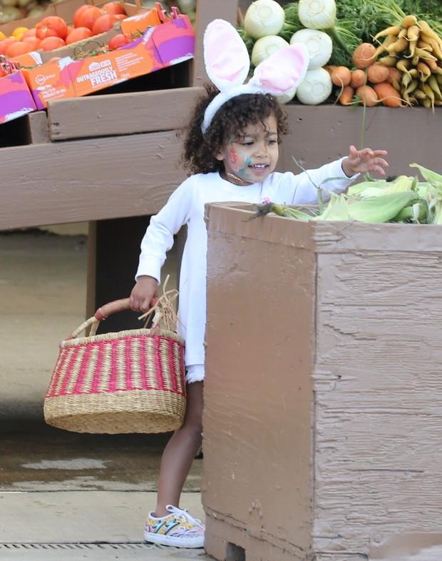 X17 - North West, filha de Kim Kardashian West  e Kanye West, em Los Angeles, nos Estados Unidos (Foto: X17online/ Agência)