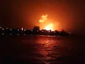 Imagem da 'NWS' emissora mostra momento da explosão e incêndio em submarino na Índia. (Foto: NWS / Via AFP Photo)