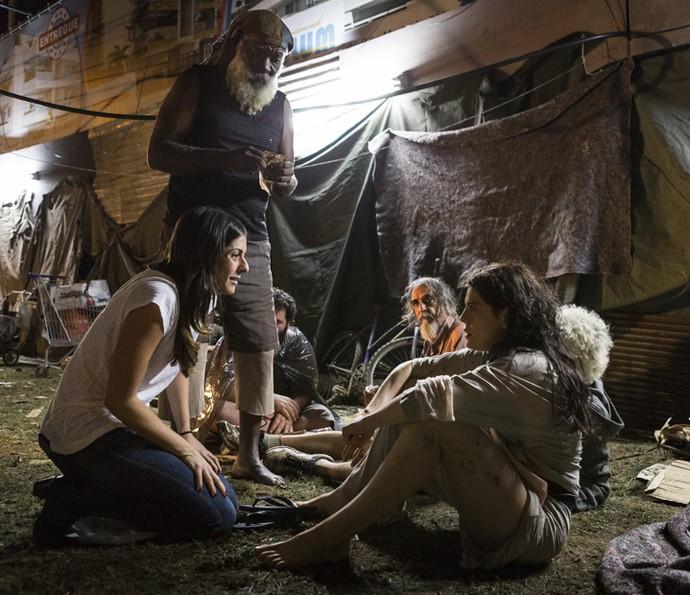 Bárbara Paz em suas primeiras cenas de Nelita, com a diretora Joana Jabace (Foto: Gshow)